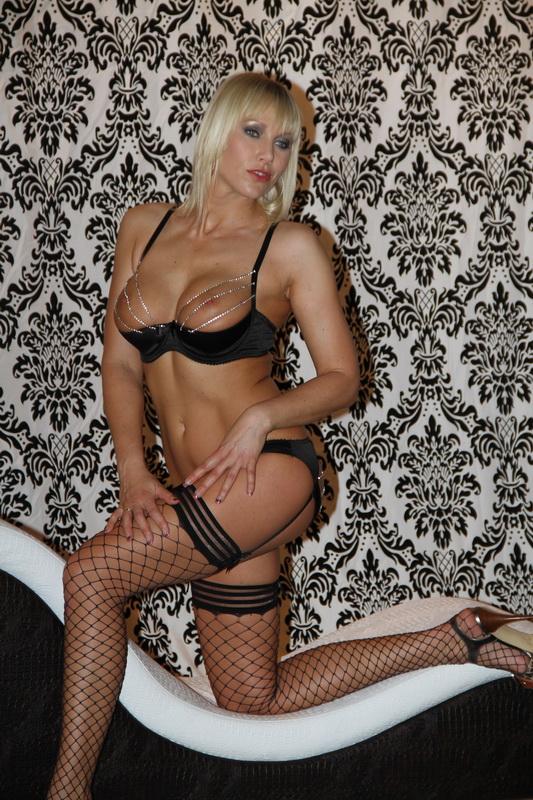 Sie ist die Verführung pur, große Titten und mit einer Leidenschaft für's Schwänze schlucken, Laureen Pink im Penthouse.